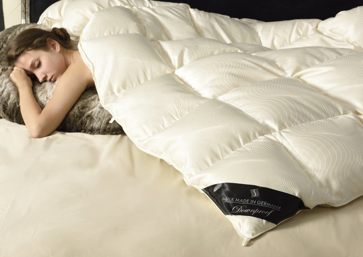 TRUSSARDI絲繽波蘭大白鵝絨冬被,雙人/23萬8,000元。圖/日比提供