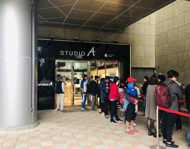 STUDIO A板橋遠百快閃店祭出眾多優惠,11月14日開幕首日就吸引大批果粉搶...