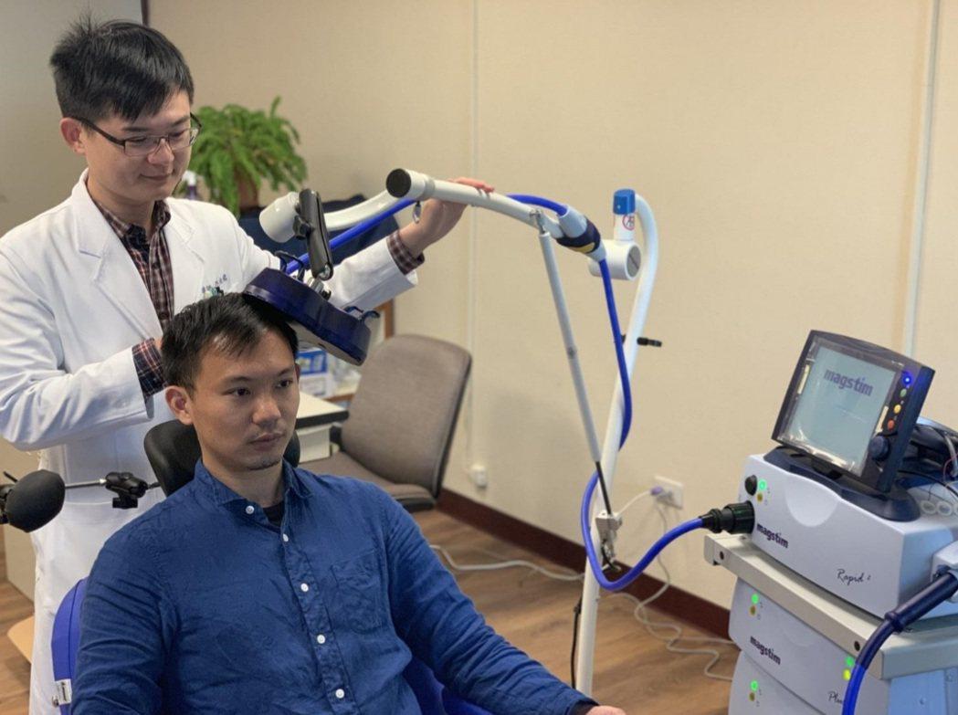 重覆式經顱磁刺激(rTMS)治療示意圖。圖/聯合醫院提供
