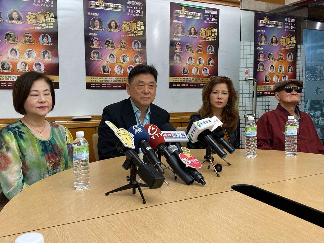 文香(左起)、演藝工會理事長康凱、秘書長曹雨婷、李炳輝為「往事值得回味」慈善演唱
