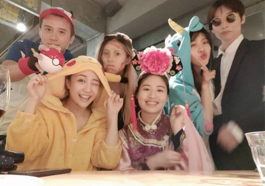 Erika(右2)與呂孝廷(右)與友人開變裝派對,肢體互動親密。圖/摘自IG