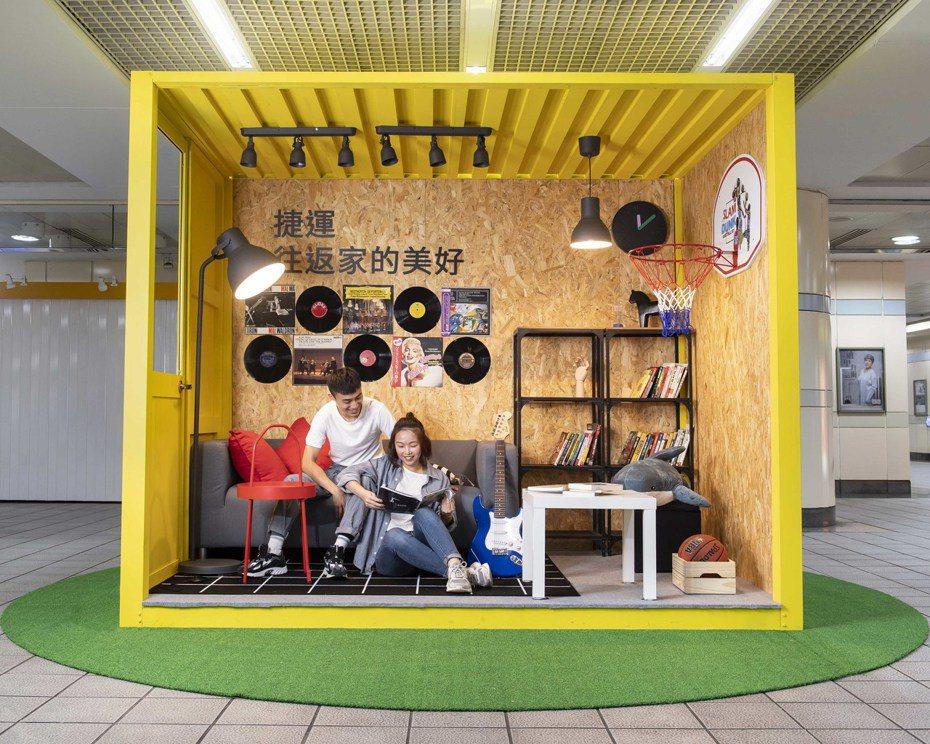 IKEA首度與台北捷運跨界合作改造捷運站,西門站以亮眼的黃色貨櫃配上個性家具家飾,還能在牆上寫下青春宣言。圖/IKEA提供