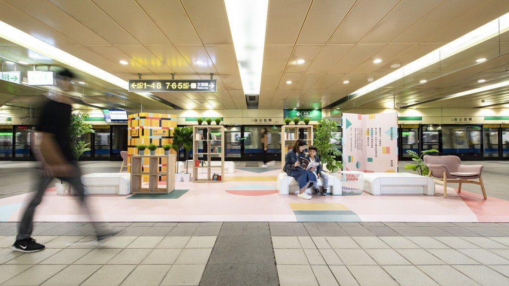IKEA改造的台北捷運南京復興站,書櫃上放置了許多讀物。圖/IKEA提供