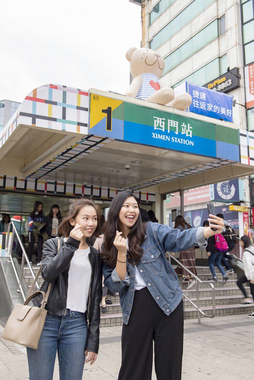 IKEA改造的台北捷運西門站,入口就可看到許多IG網紅喜愛的IKEA小熊及鯊魚大...