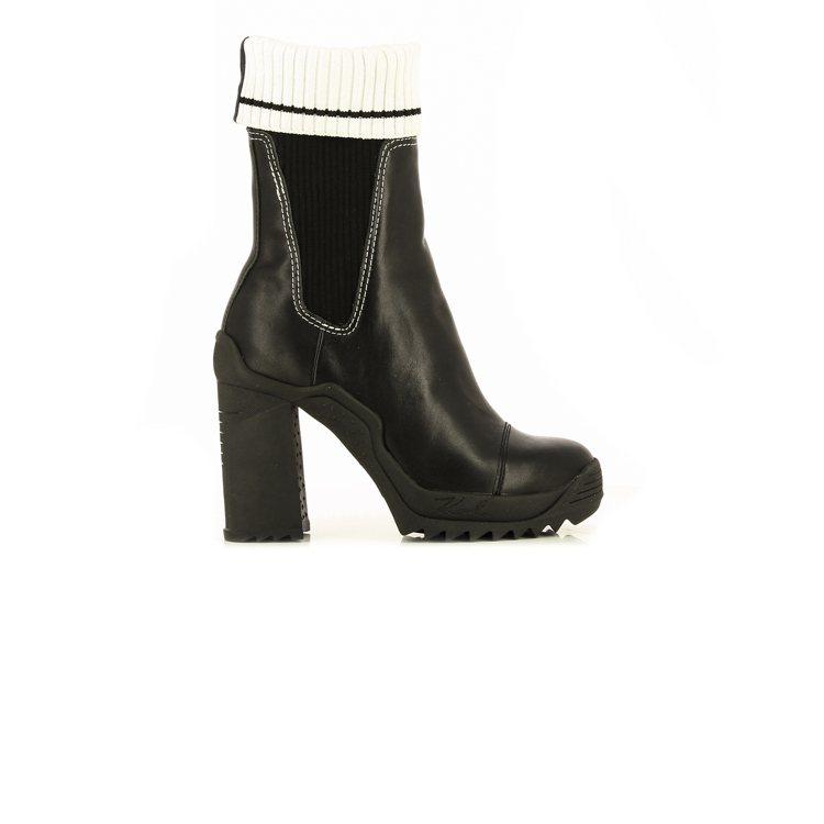 VOYAGE III黑色輪胎底襪套粗跟短靴,售價9,980元。圖/KARL LA...