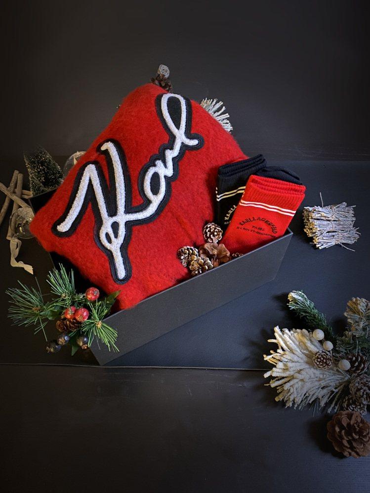 耶誕節系列單品(左)SUPER KARL圍巾4,680元;KARL地址logo運...
