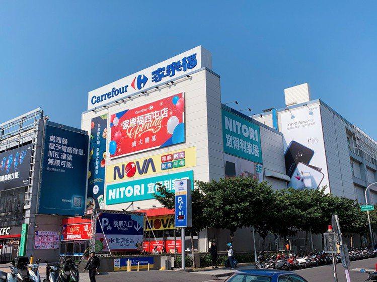 「家樂福西屯店」搶先開放員工試逛,15日正式開幕。記者徐力剛/攝影
