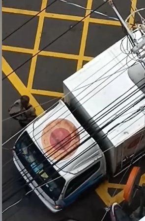 台中市一名小偷伸手進搬家公司貨車裡偷了東西準備離去,但被上方9樓的住戶拍個正著,...
