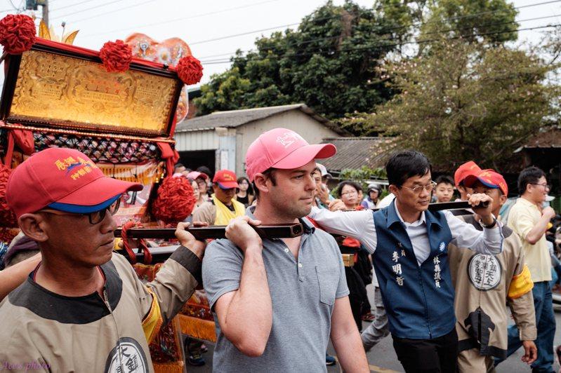 Airbnb台灣、香港暨東南亞區總經理Mike Orgill今年4月來台向國際推廣「2019大甲媽祖遶境進香」盛事。圖/Airbnb提供
