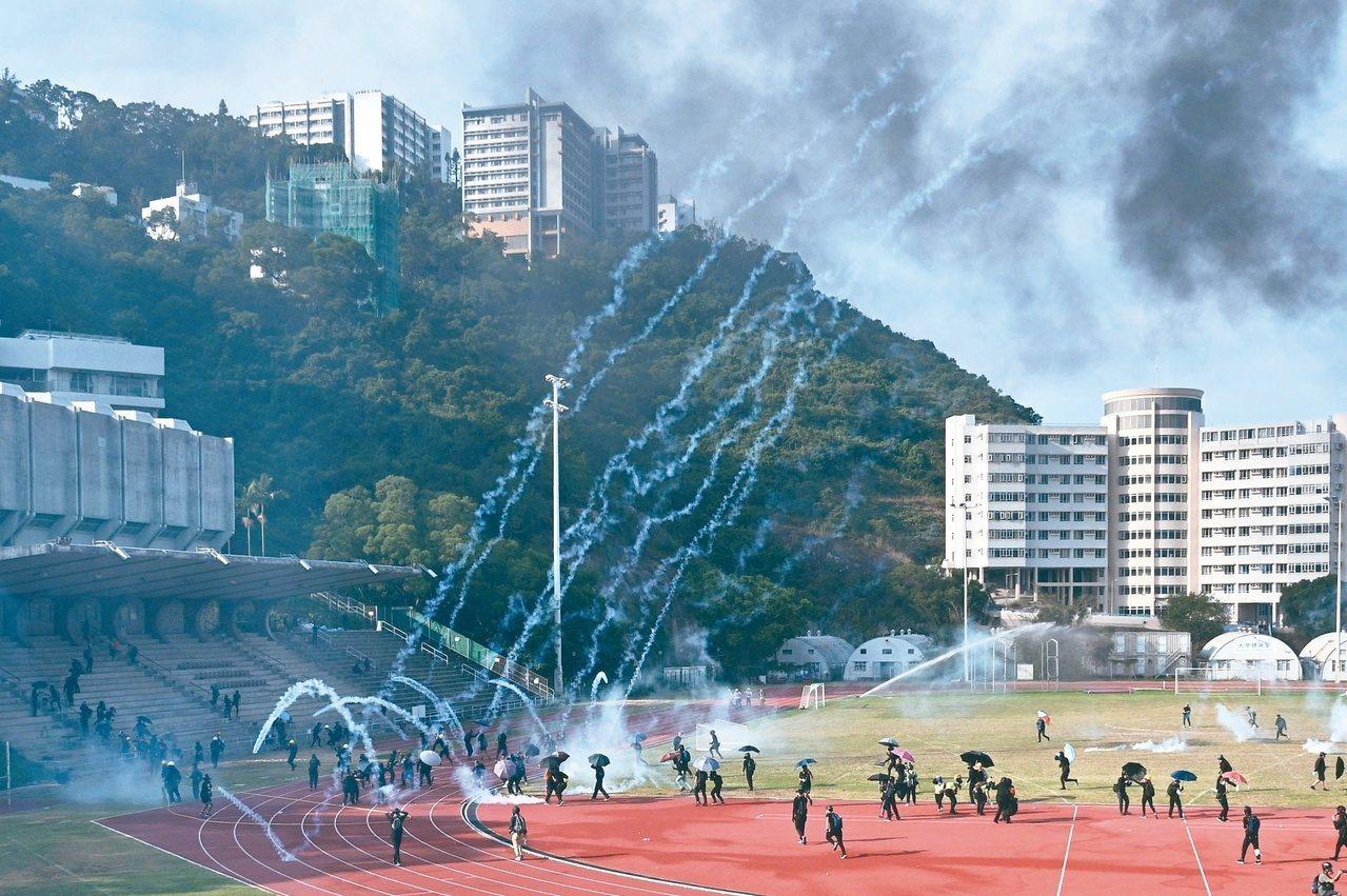 香港反送中行動情勢高漲,示威者與警方衝突也進入大學校園。(法新社)