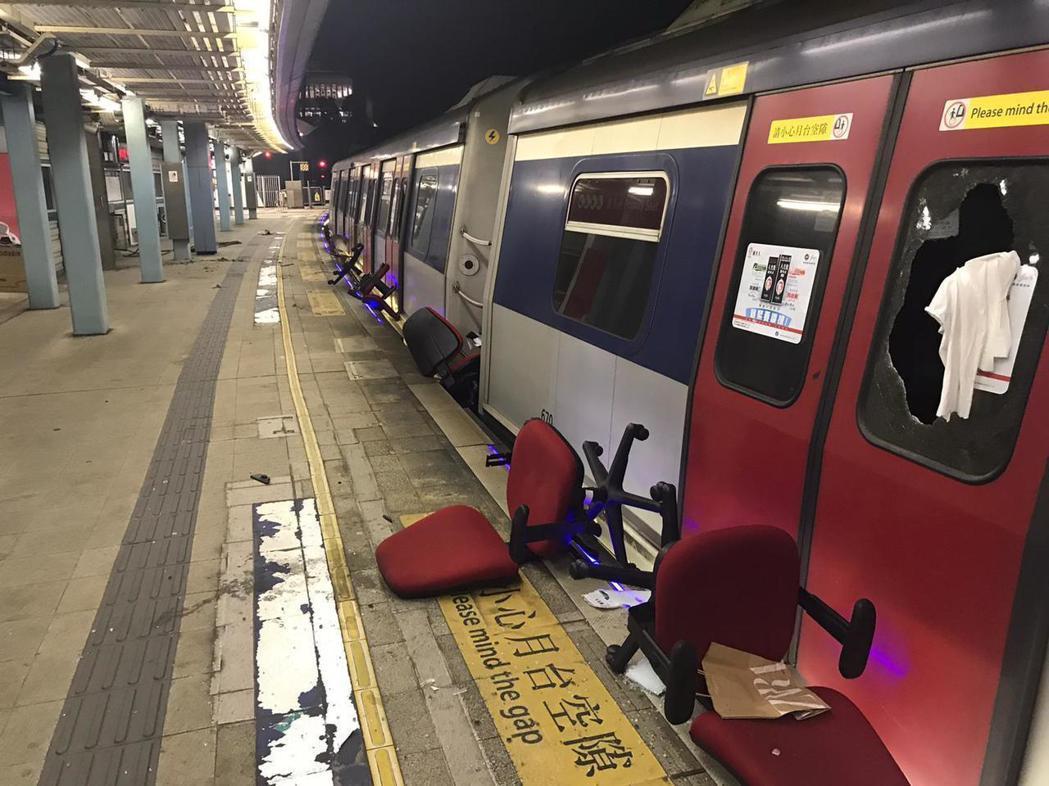 因前一晚列車收班後遭示威者闖入破壞,港鐵東鐵線昨日全線停駛。(港鐵提供)
