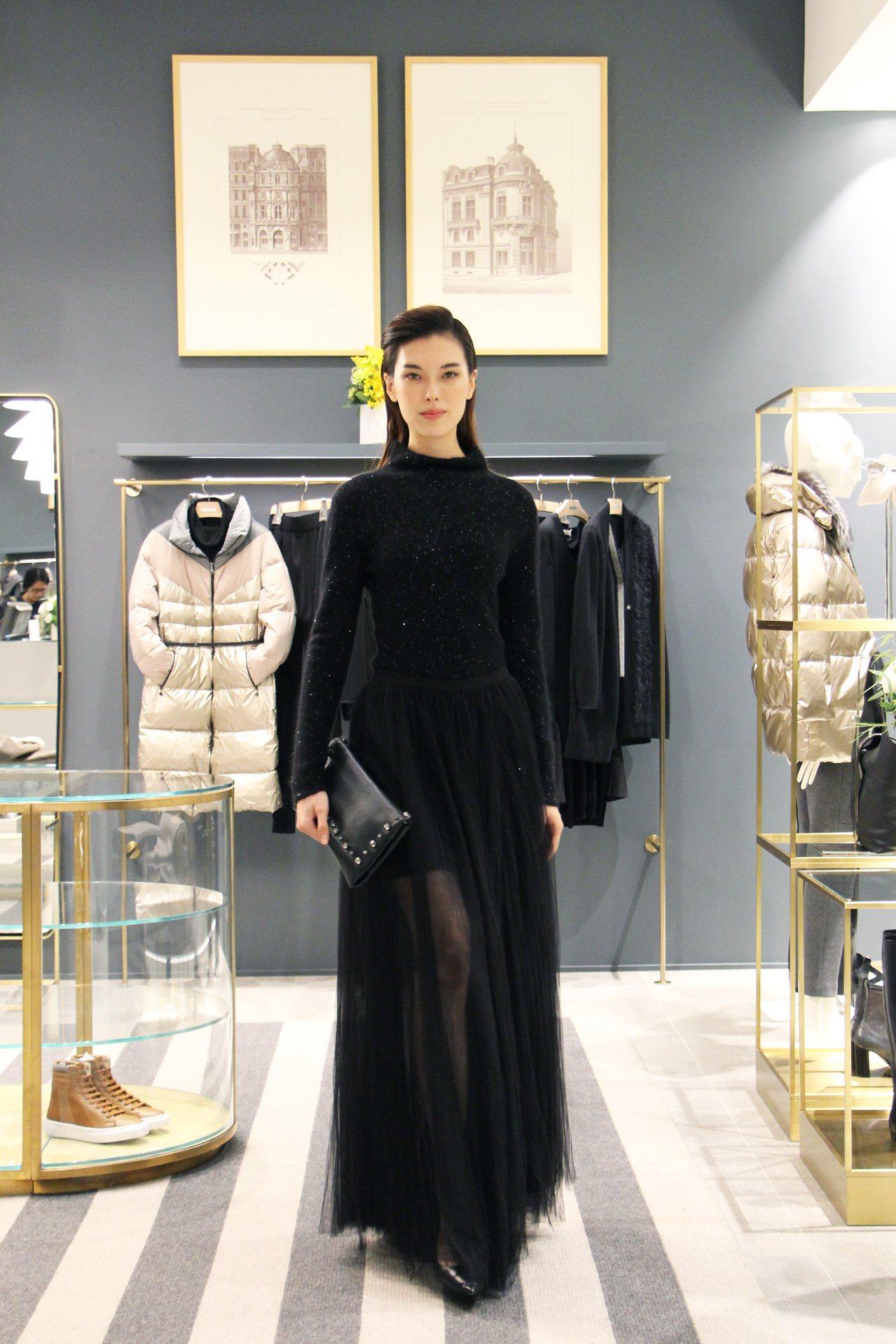 王思偉身穿黑色洋裝88,300元,搭配手拿包36,500元。圖/FABIANA ...