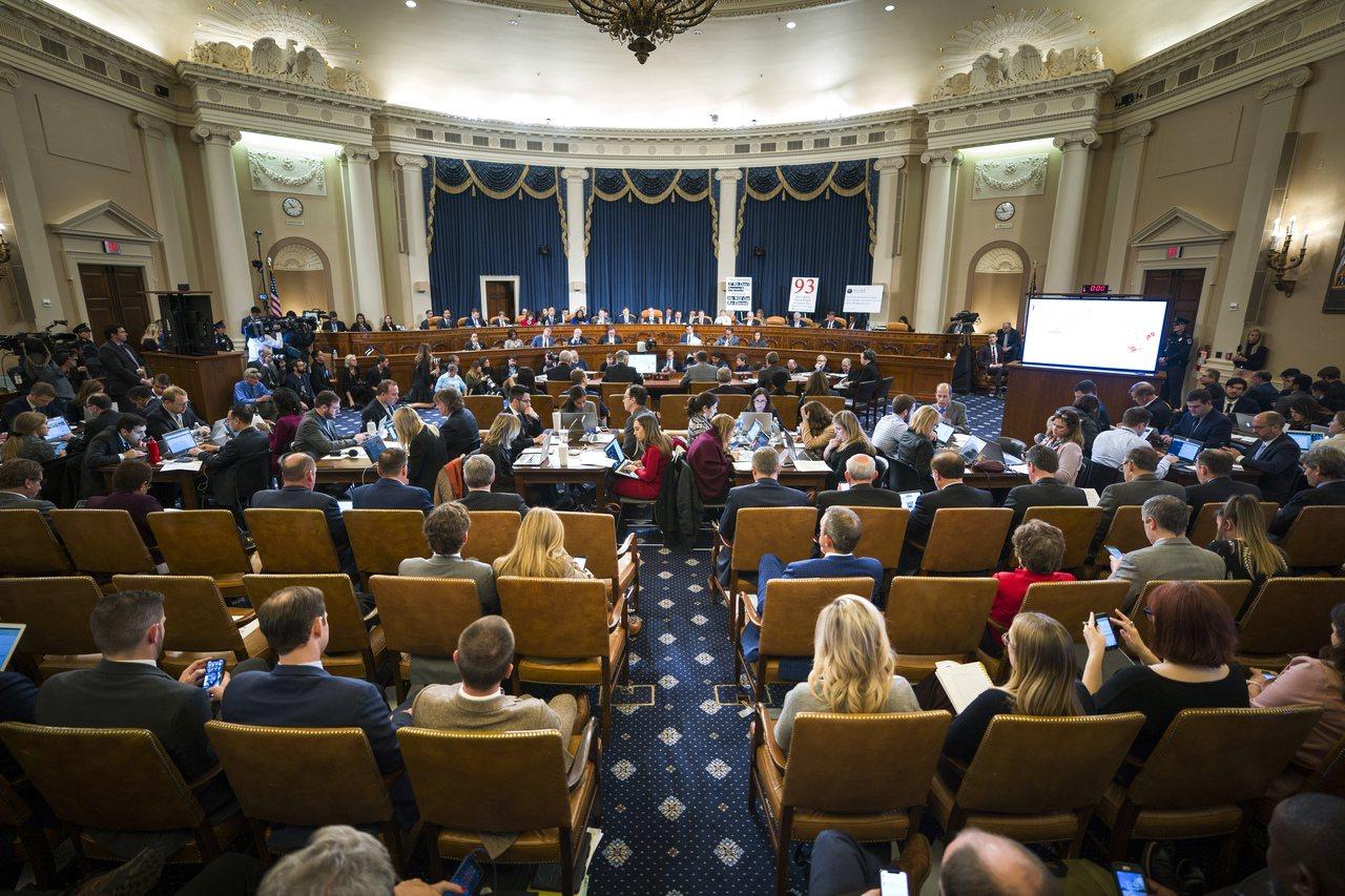 國會眾院彈劾調查進行首日聽證會場。美聯社