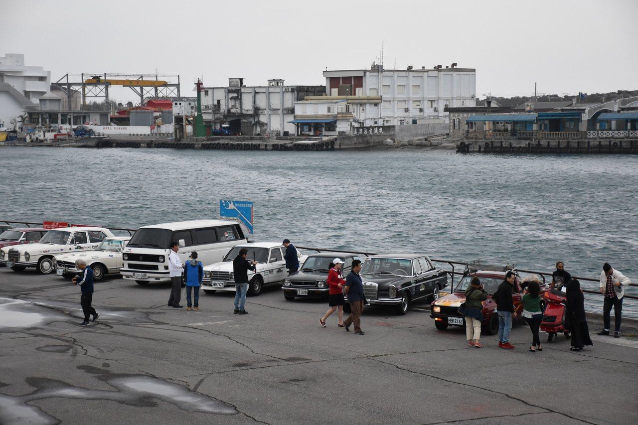 今天因東北季風南下,花蓮港風很大,不過吹不熄古董車隊和愛車民眾的熱情。記者王思慧...