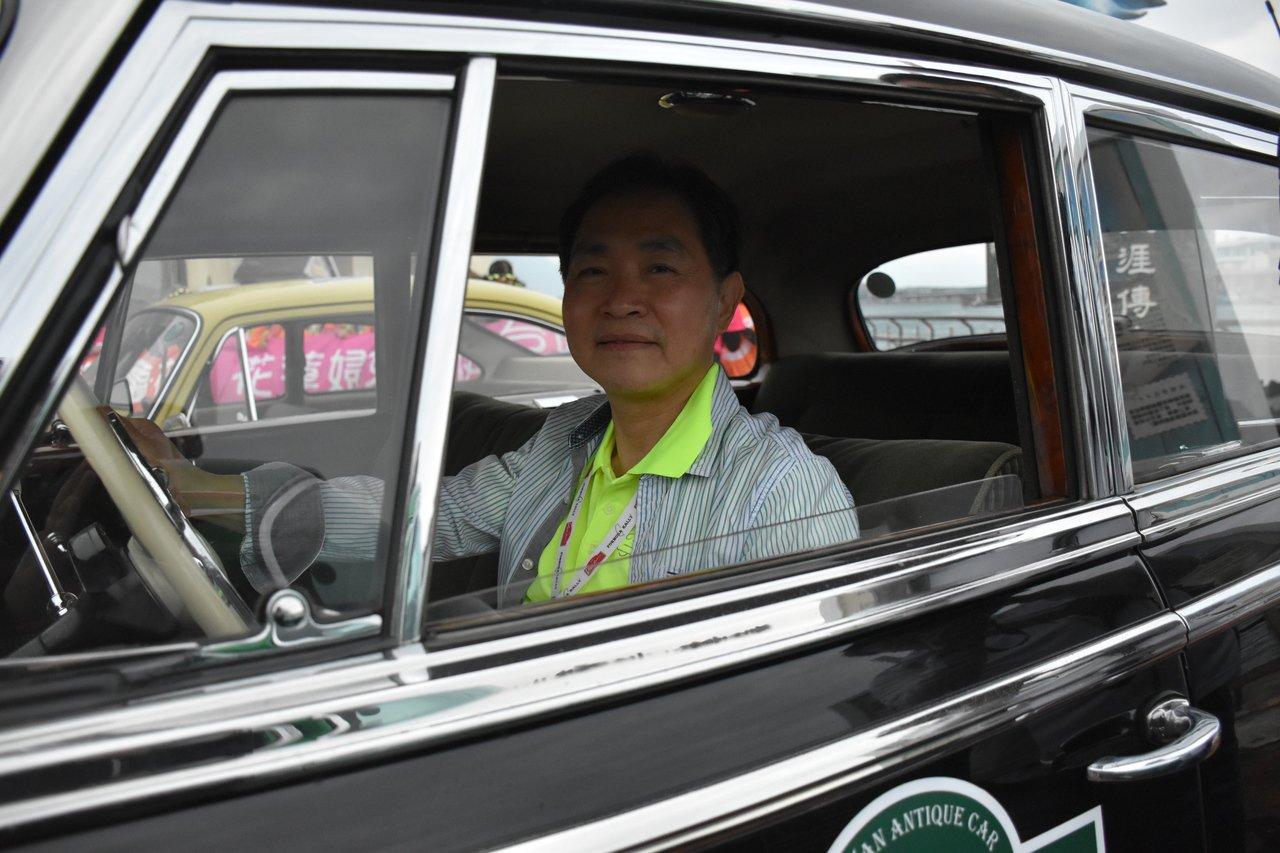 台灣古董車協會會長曾國棟愛車成痴,特別收藏64年骨董車,光維修就花了5年。記者王...