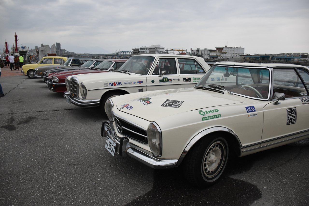 花蓮港今天有20餘輛古董車排排站,吸引愛車民眾拍照。記者王思慧/攝影