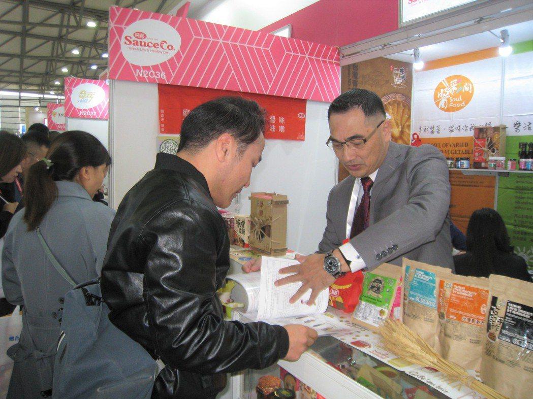 上海買家與味榮公司參展代表洽談。圖/貿協