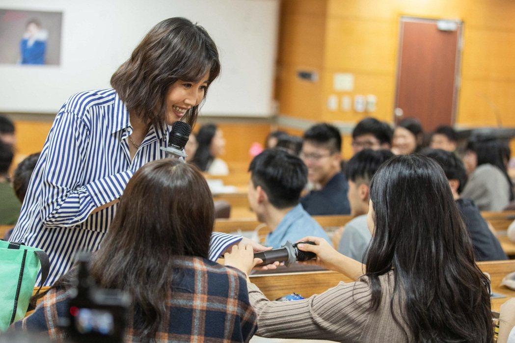 A-Lin昨獻出大學講師處女秀,向160多名學生開講「藝文化」。圖/索尼提供