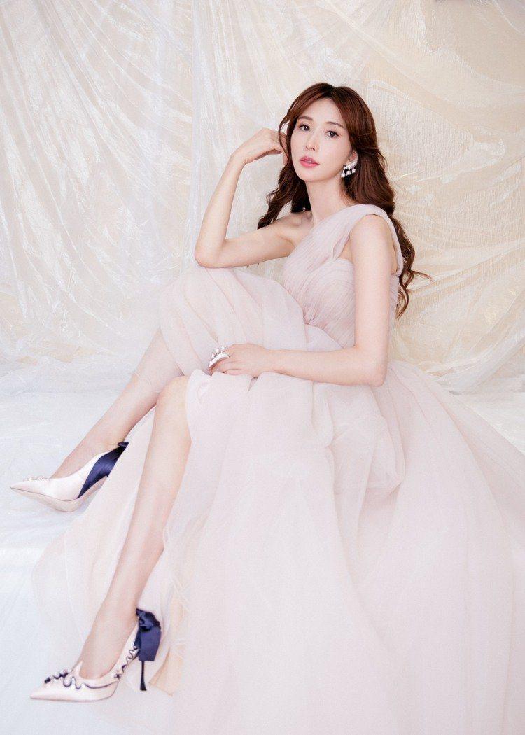 林志玲穿Marchesa婚紗拍攝工作照。圖/摘自微博