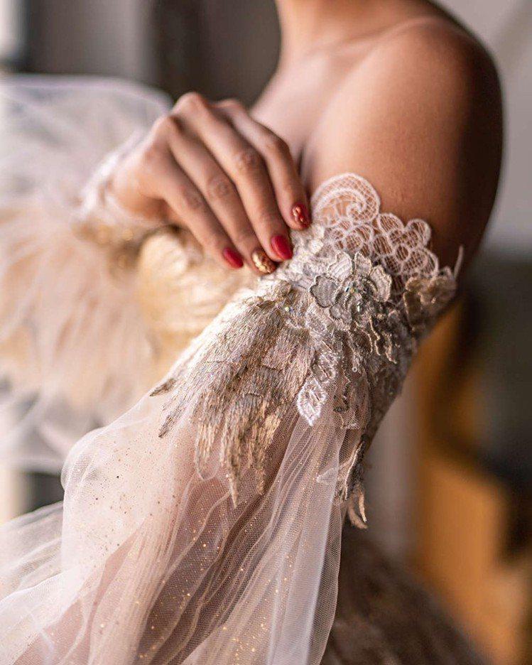 可拆式的立體泡袖可以讓白紗隨時變身,遊走在夢幻童話風與古典優雅之間。圖/蘇菲雅S...