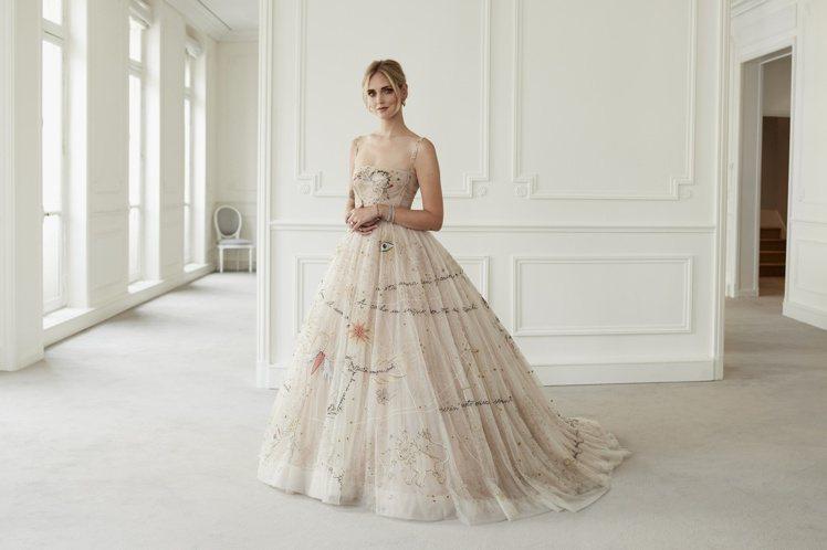 去年義大利時尚部落客Chiara Ferragni在婚宴中就曾穿上Dior創意總...
