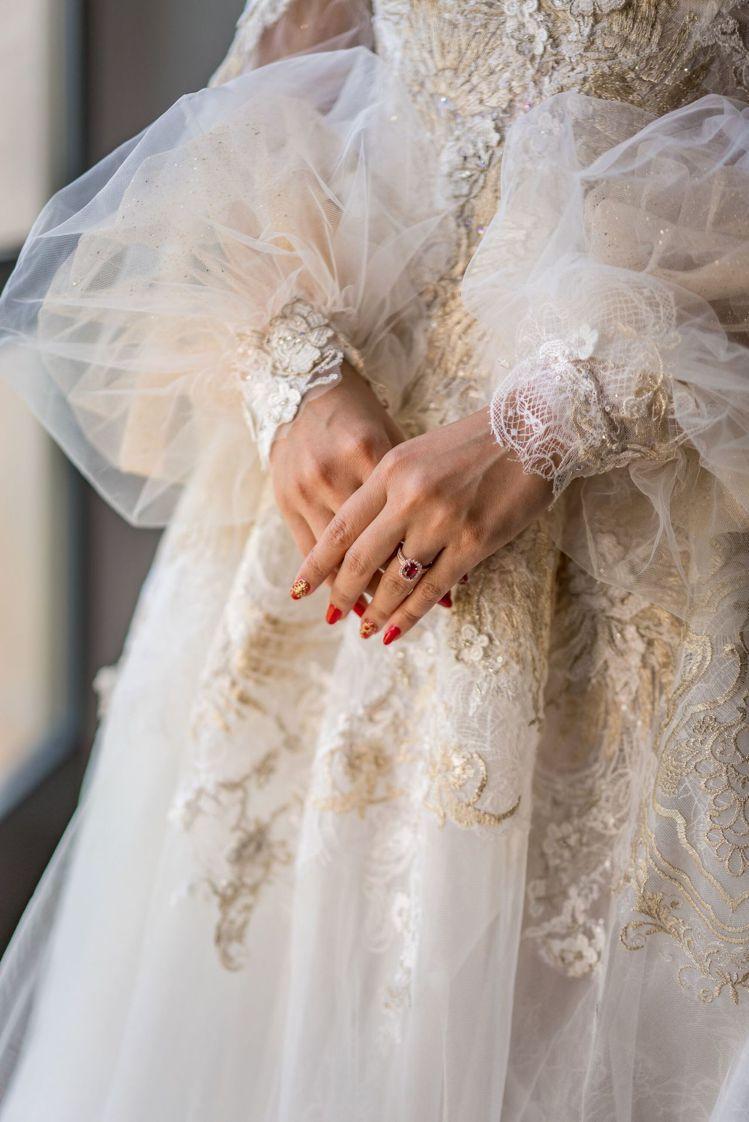 「奢華白紗」將整匹蕾絲片狀式取下再重新拼貼於立體面料上。圖/蘇菲雅SophiaR...