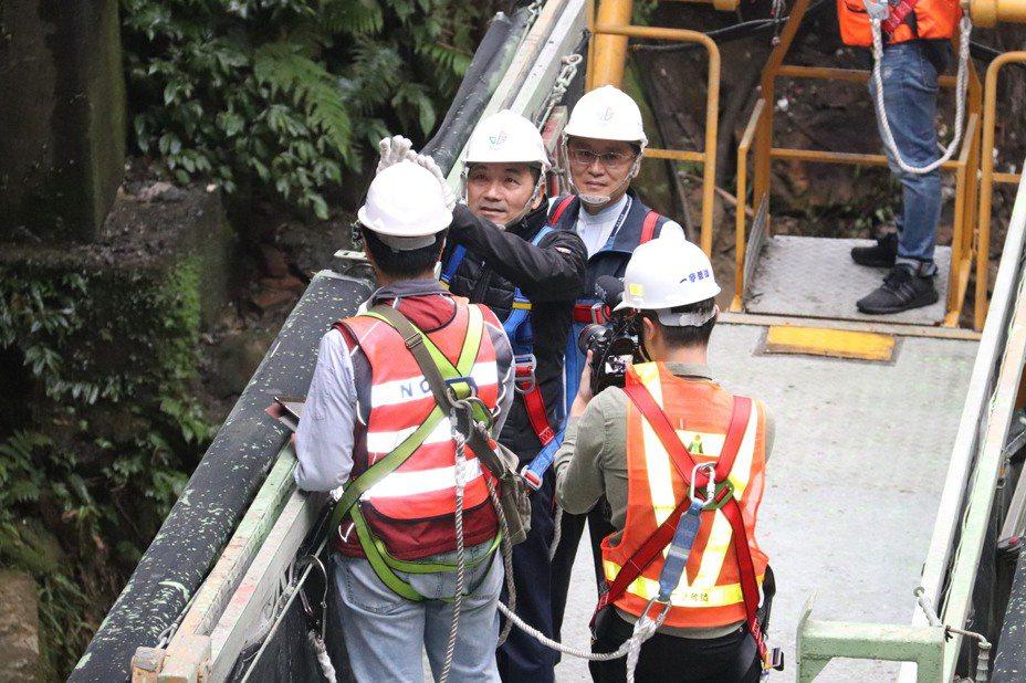 新北市長侯友宜為細查橋身問題,搭乘升降梯勘查永定橋。記者胡瑞玲/攝影