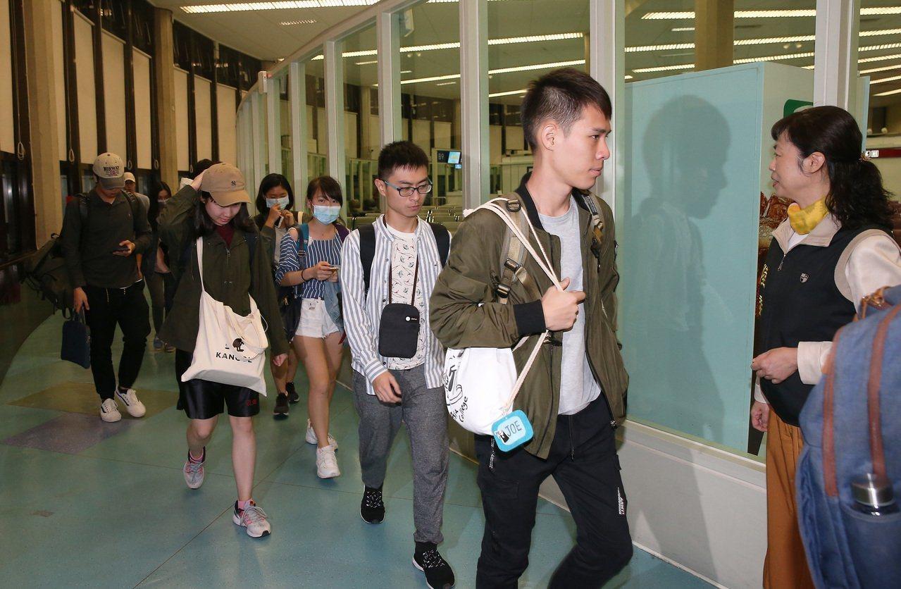 香港反送中延燒進大學校園,教育部、陸委會專案協調71名香港中文大學台生,昨天凌晨...