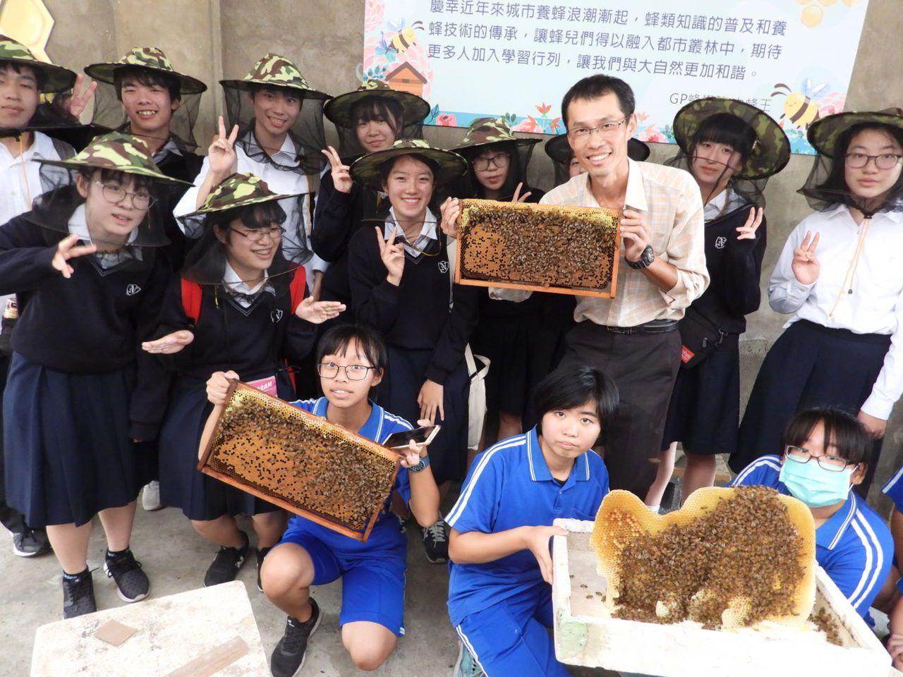 日本高校師生四百多人畢旅到新豐高中,難忘養蜂體驗。記者周宗禎/攝影