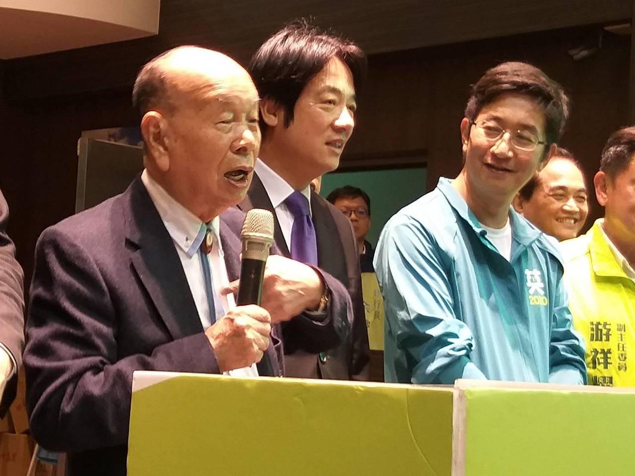 基隆市慶安宮主委童永(左)今晚說,民進黨立委蔡適應(右)以前叫他「大仔」,他說不...