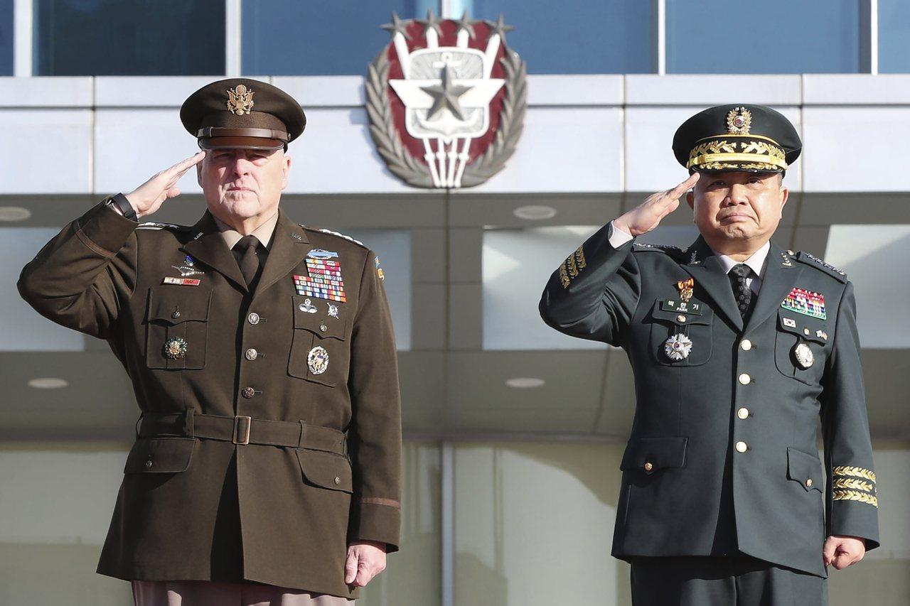 韓國聯合參謀本部議長朴漢基(右)和美軍參謀首長聯席會議主席馬克·米利(左)14日...