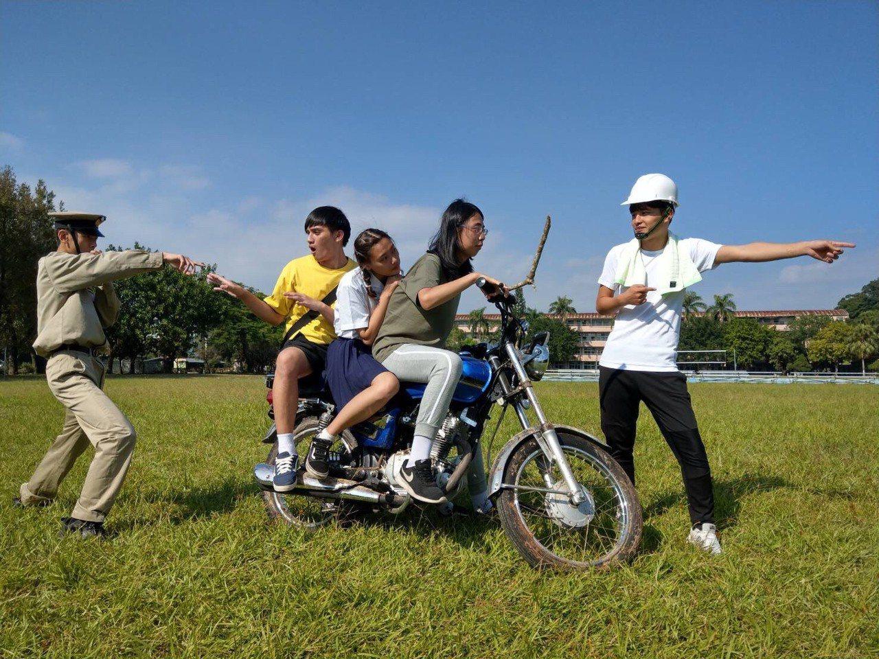 戲中有一橋段,戲中飾演長女的陳信豪騎著機車帶著弟妹前往去找父親。圖/至善高中提供