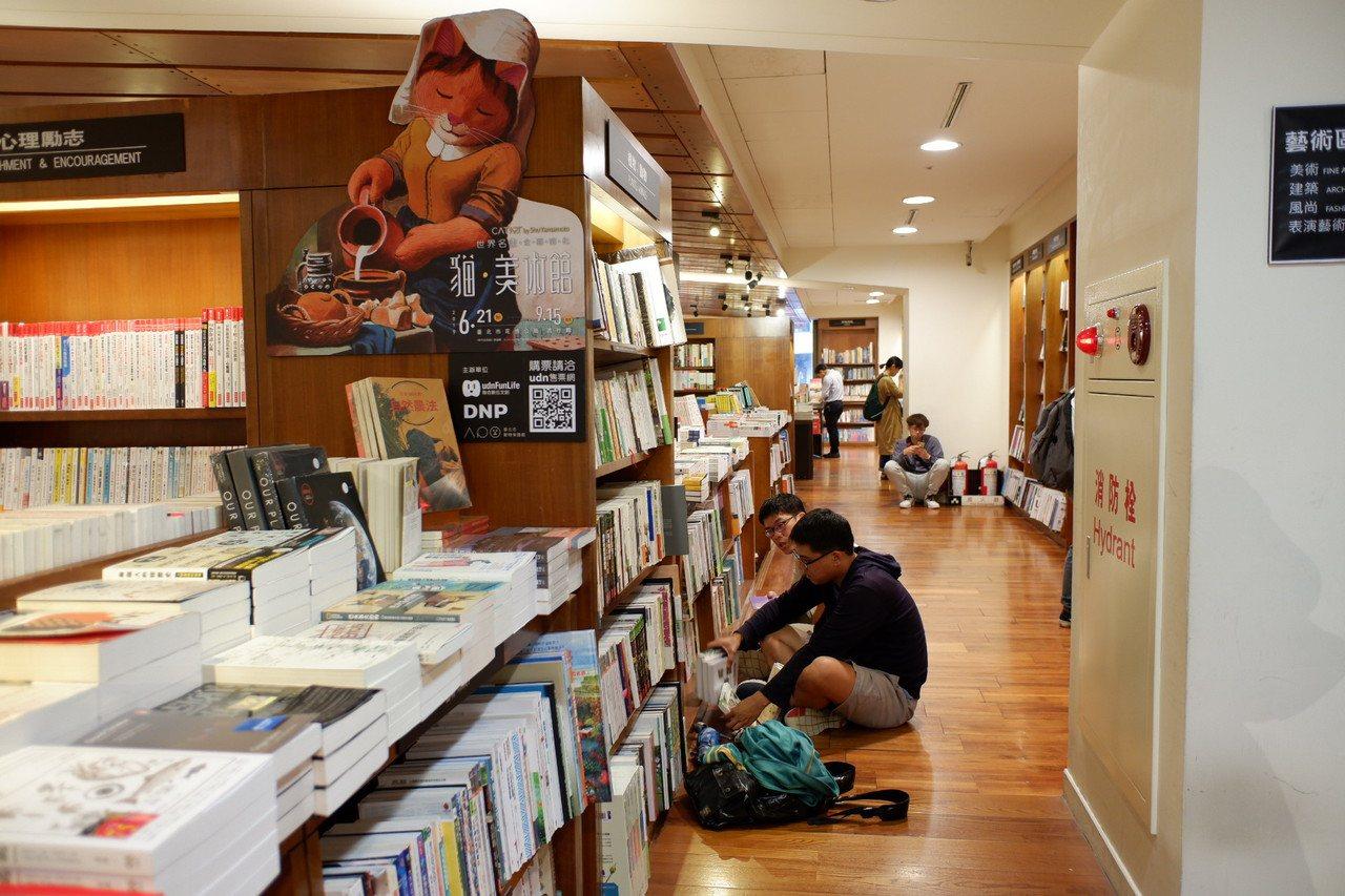 隨意席地而坐的閱讀,是敦南誠品的特色風景之一。記者江佩君/攝影