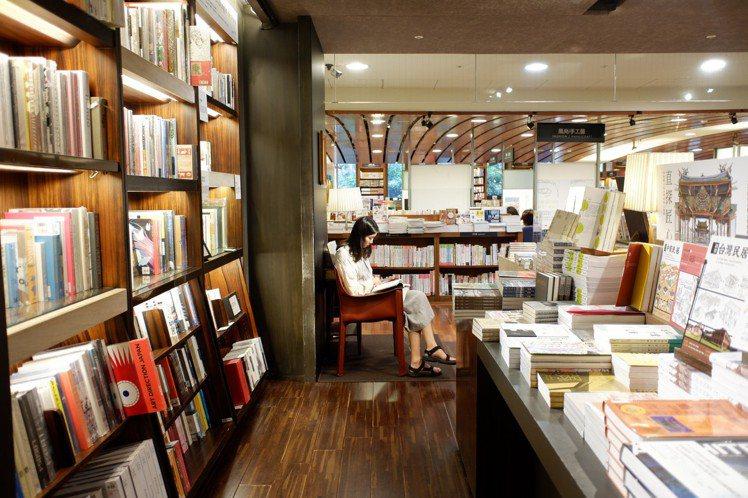 誠品創辦人吳清友曾說「知識是靠書店傳播的」,不但不趕客人看書,甚至在書店提供舒適...