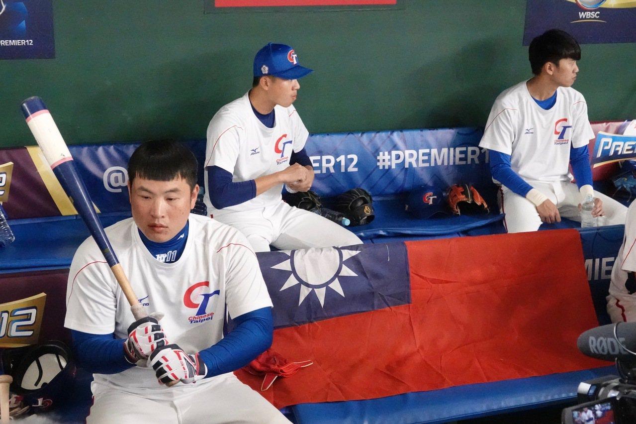 世界12強棒球賽中華隊至東京巨蛋練球,板凳席擺放國旗鼓舞士氣。記者蘇志畬/攝影