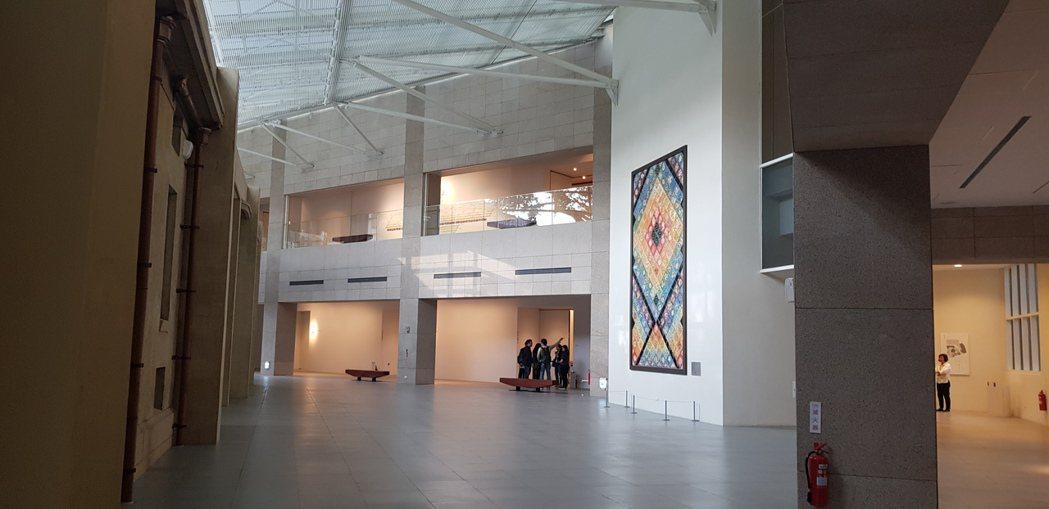 林志玲周日將在台南美術館古蹟內舉辦婚宴,場地是左側古蹟與右側新建築中間的廊道上。...