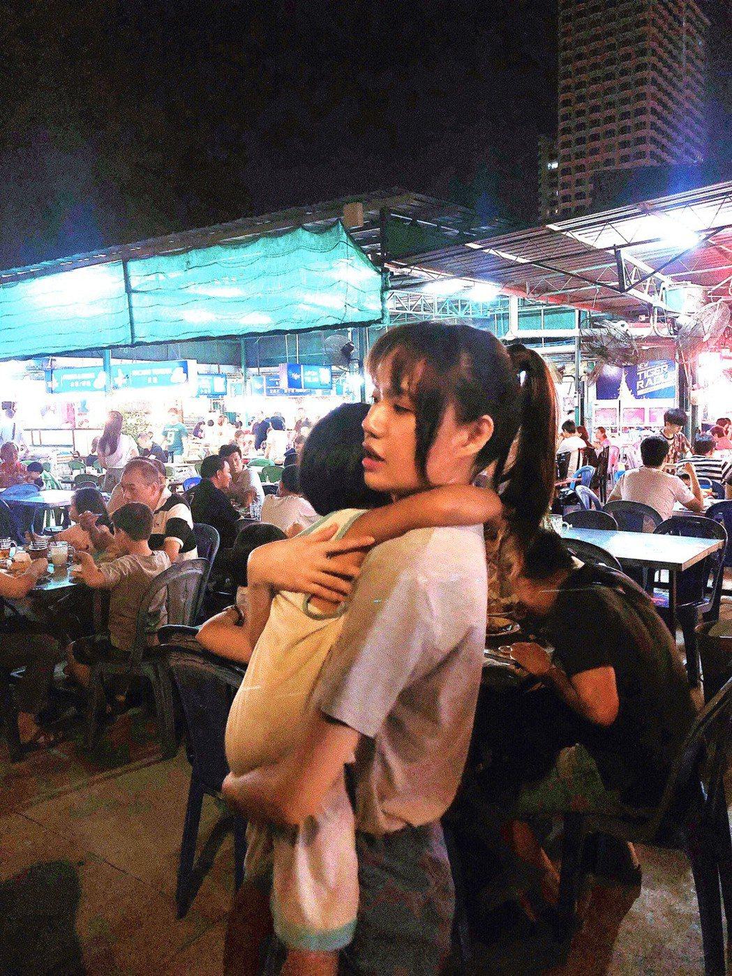 文慧如在馬來西亞觀光海邊用餐,幫走失的小男孩找父母。圖/華研提供