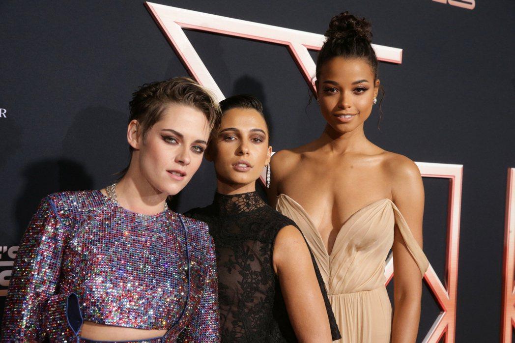 克莉絲汀史都華(左起)、娜歐蜜史考特、艾拉巴林斯卡組成「霹靂嬌娃」新團隊 。圖/