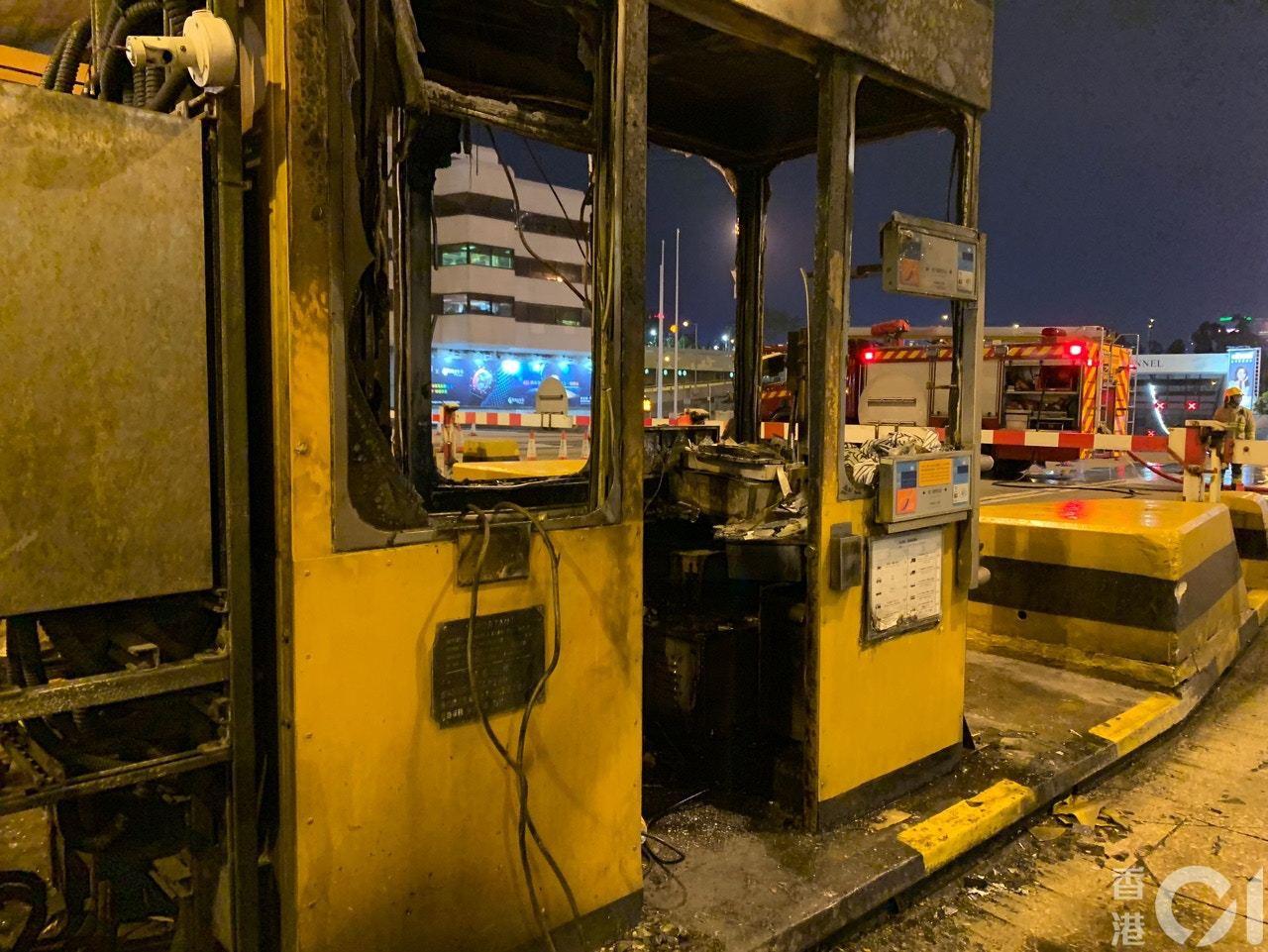 入夜後,香港紅磡海底隧道收費亭、電箱等多處被縱火。(香港01)