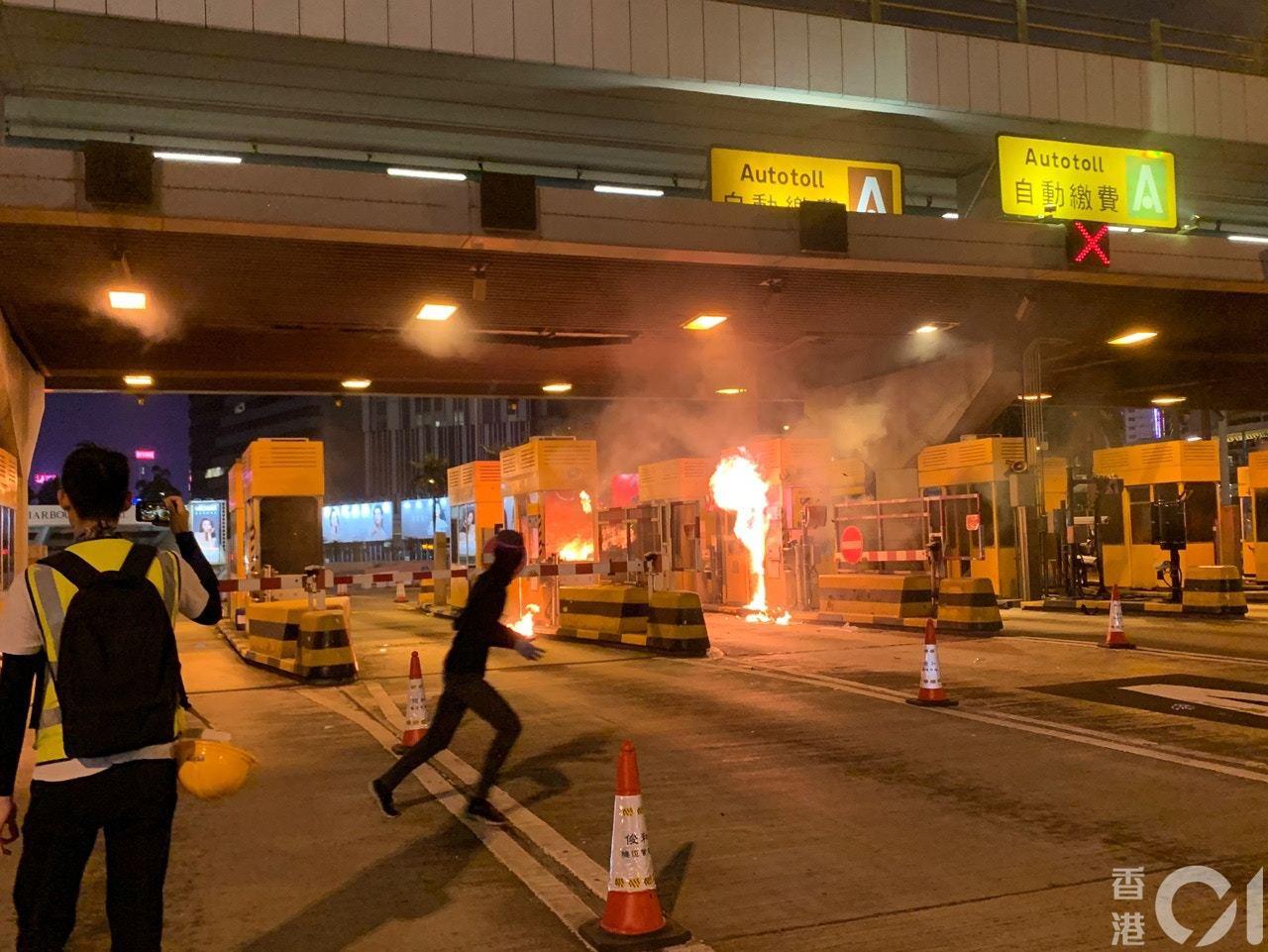 香港紅磡海底隧道收費亭、電箱等多處被縱火。(香港01)