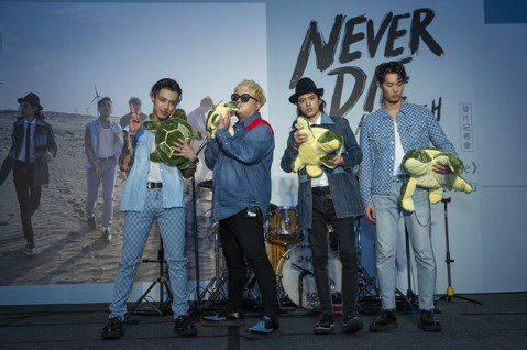 樂團TRASH趕在年底發表全新的「Never Die」專輯,15日正式和大家見面。14日四個大男孩特別邀請媒體同歡,所屬的華納音樂獻上滿滿的「烏龜麵包」,象徵TRASH出道十年有成,一步一腳印迎向勝...