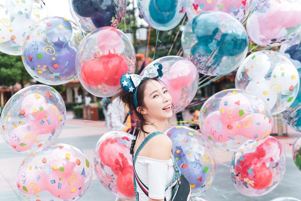 張家瑋5年沒出國,特地到上海迪士尼樂園遊玩。圖/民視提供