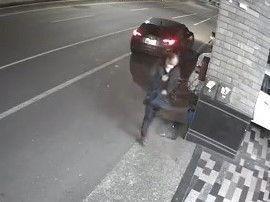 邱姓男子涉嫌偷取娃娃機台內音響,警方將他逮捕到案。 記者黃宣翰/翻攝