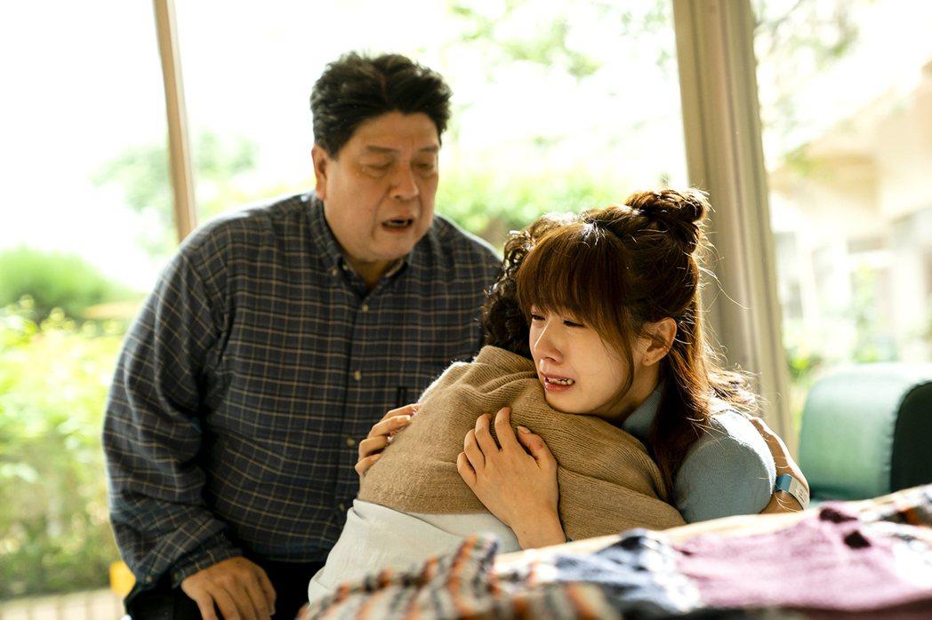 方志友(右)發現自己被媽媽隱瞞病情,悲痛大哭。圖/TVBS提供