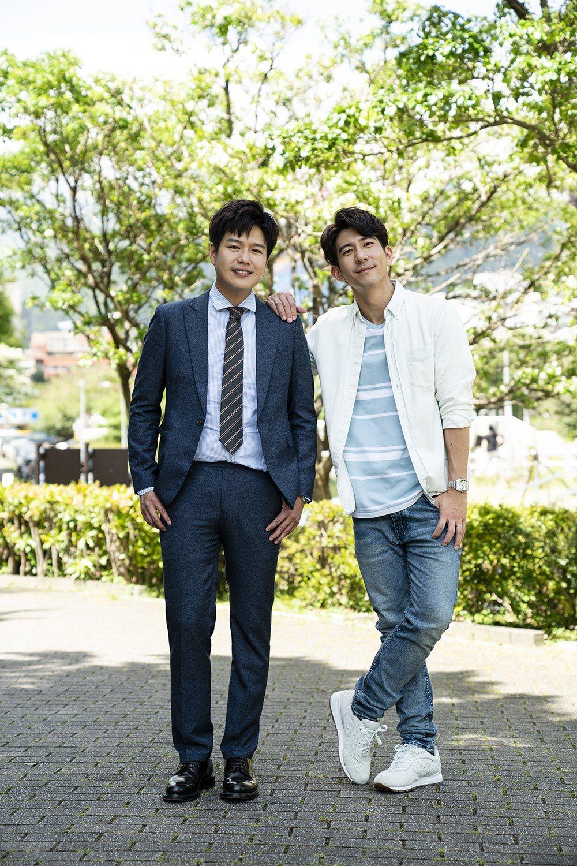 李易(左)與修杰楷一見面就聊爸爸經。圖/TVBS提供