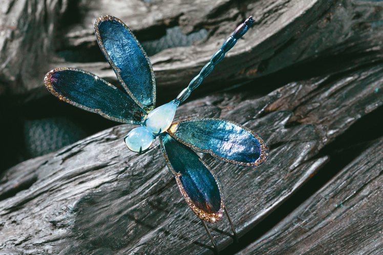 AKACHEN蜻蜓胸針,結合純鈦、蛋白石以及282顆香檳鑽。 記者陳立凱/攝影