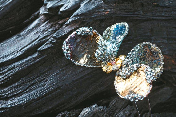 AKACHEN蝴蝶胸針,採用純鈦、彩鑽與約119顆白鑽組合而成。 記者陳立凱/攝...