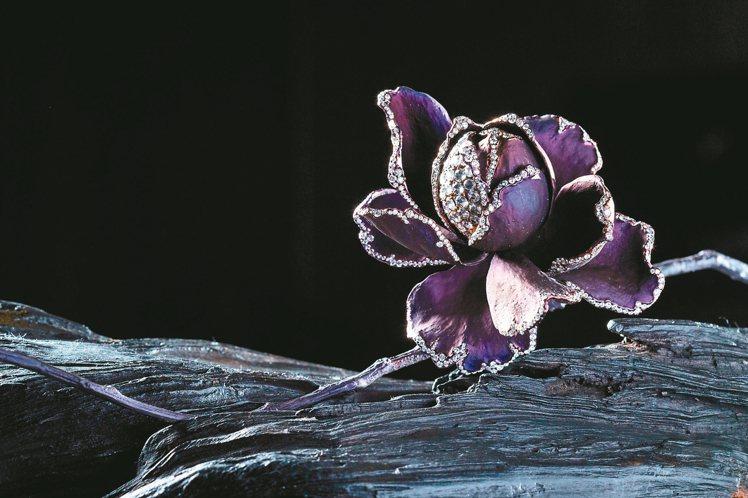 AKACHEN木蘭花擺件,結合純鈦與白鑽完成。 記者陳立凱/攝影