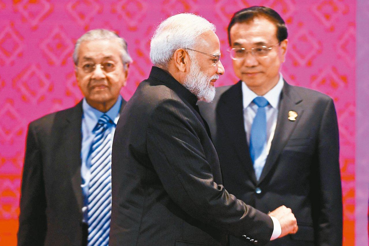 印度總理莫迪(中)4日在曼谷東亞峰會會場,從馬來西亞總理馬哈迪(左)和大陸總理李...