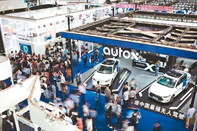 第21屆中國國際高新技術成果交易會13日在深圳開幕。圖為展會上的中國造無人駕駛汽車。 中新社
